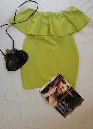 Яркое платье-футляр с воланом на груди