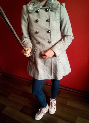 Милое,серое пальто-трапеция со съемным мехом