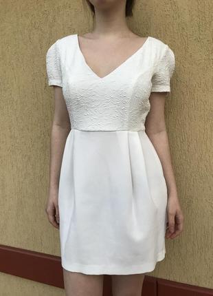 Короткое белое платье с v-образным вырезом