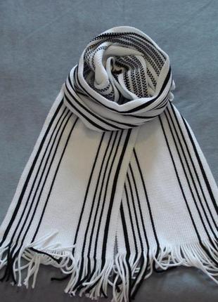 Белый полосатый шарф