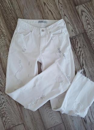Белоснежные рваные джинсы от zara.