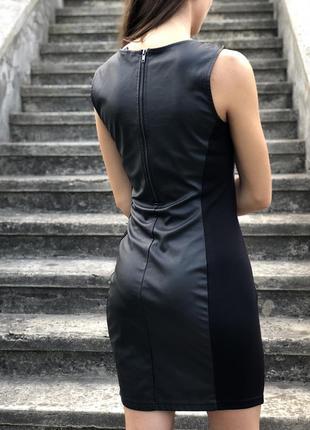Дууже ефектне плаття з вставками «під шкіру»