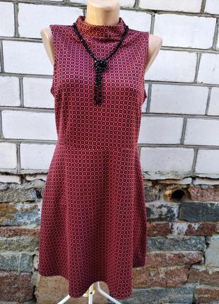 Бордовое платье без рукавов в черные квадратики