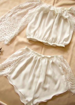 Шелковый комплект с оборками и кружевными рукавами кроп топ + секси шортики