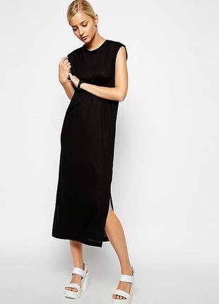 Черное платье миди с боковыми разрезами
