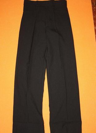 Классические школьные брюк для мальчика р-122/128 в отличном состоянии