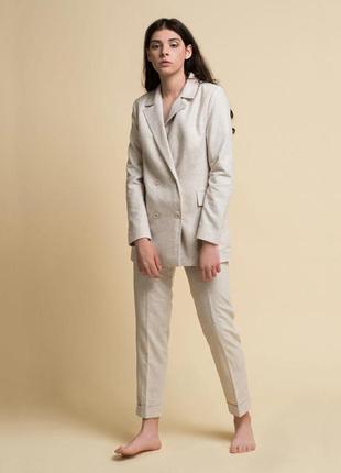 Осенний женский бежевый костюм гусиная лапка. брюки и двубортный пиджак.
