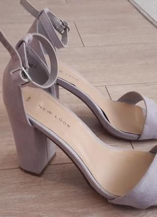 Шикарние вечерние босоножки new look на широком каблуке