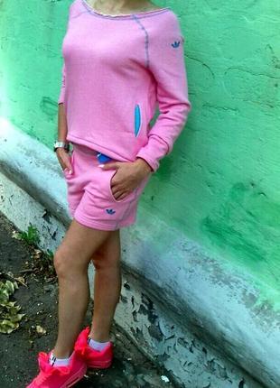 Женский спортивный костюм adidas.