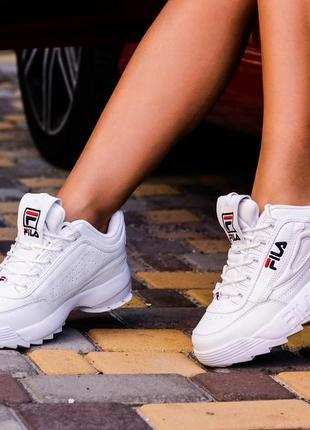 Белые кожаные кроссовки на массивной подошве.