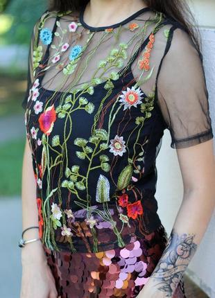 Крутая модная футболка в вышивку с майкой