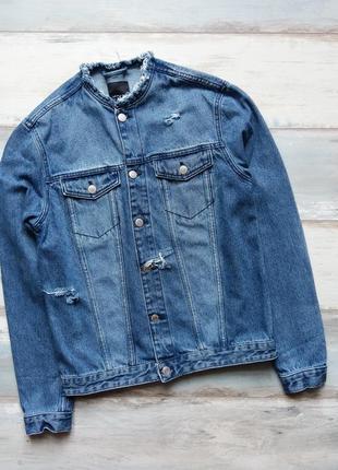Джинсовая куртка с фабричными потертостями и  дырками