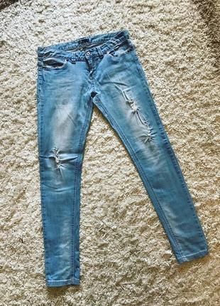 Классные джинсы oodji рваные с молниями кружево