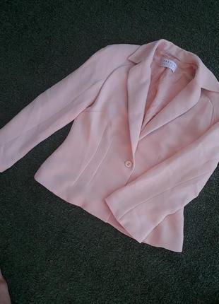 Женственный нежный пудровый пиджак жакет