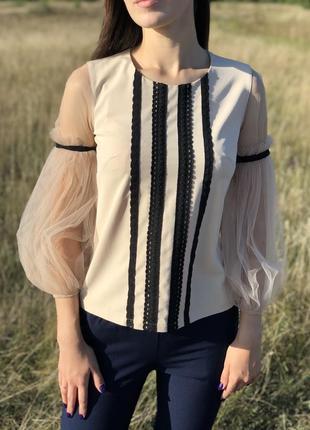 Красивая светло-бежевая блуза с фатиновыми рукавами  s 36