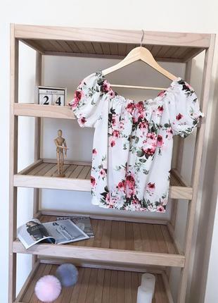 Блуза на плечи в цветочный принт