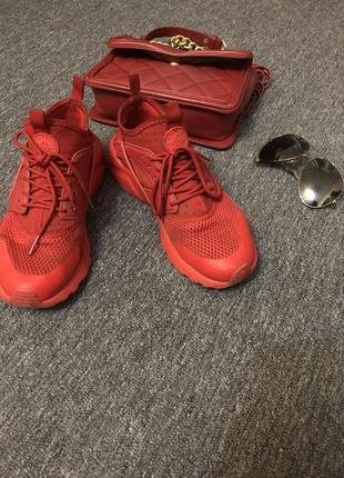 Крутые кроссы красного цвета