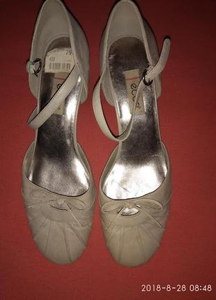 Классические туфельки бежевого цвета р 40  ( 26 см)