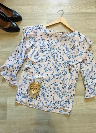Милая блуза в мелкий цветочек с воланами на плечах и рукаве