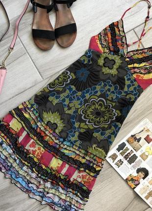 Яркое платье с воланами fracomina