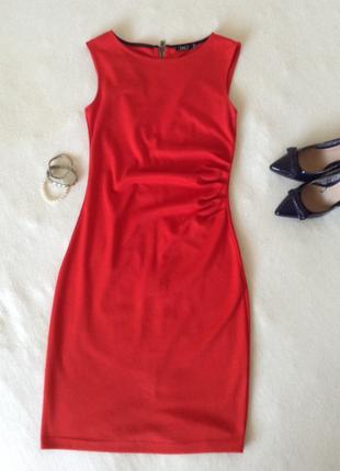 Базовое красное платье с замочком на всю спинку