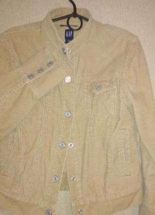 Вельветовая куртка песочного цвета