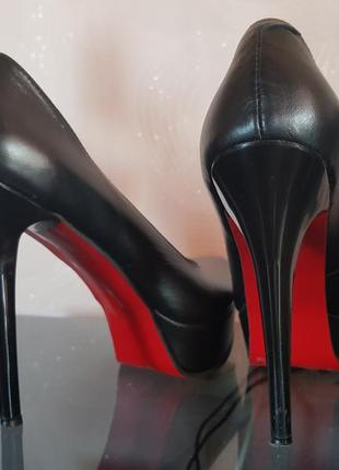 Кожаные туфли с красной подошвой