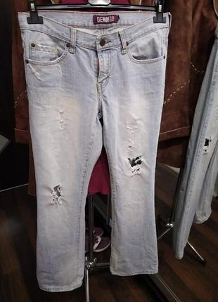Выбеленные рваные джинсы клеш