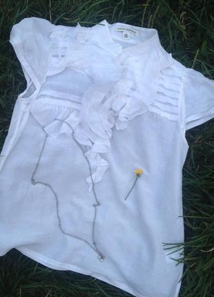 Красивая белая блуза с рюшами