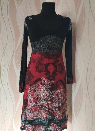 Очень красивое платье с орнаментом, размер м