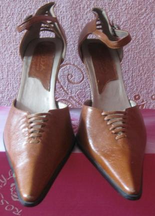 Туфли женские коричневые с острым носом и застежкой. на каблуке. новые