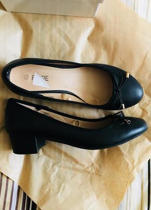 Туфли на небольшом толстом каблуке