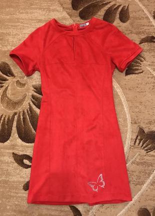 Яркое замшевое платье