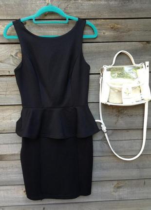 Чорне плаття з баскою