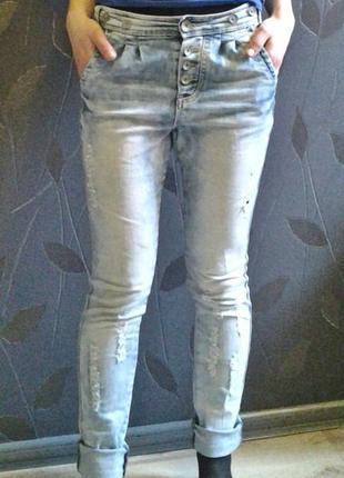 Рваные,зауженные джинсы (немножко с мотней на пуговицах )