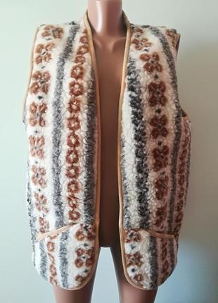 Теплая жилетка с натуральной шерсти