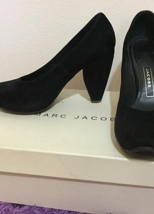Чёрные туфли на среднем каблуке