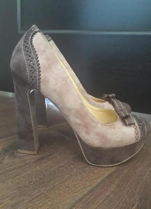 Замшевые туфли с перфорацией