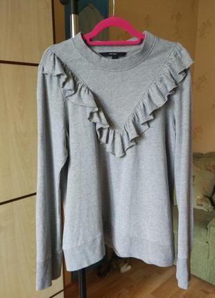 Серый свитшот с рюшами серый свитер