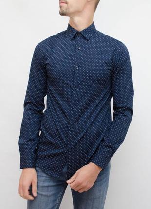 Очень красивая приталенная рубашка в точечный узор