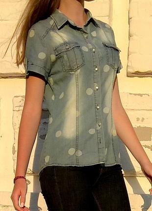 Джинсовая рубашка в горошек