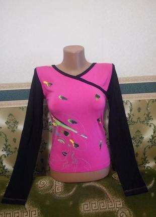 Суперская яркая кофточка джемпер. футболка малиновая с рисунком с длинным черным рукавом