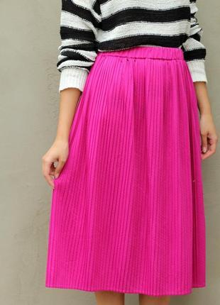 Длинная юбка миди цвета фуксия на резинке плиссе