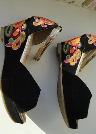 Красивые босоножки украшенные вышивкой