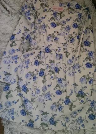Платье с цветоный принт белое коктельное