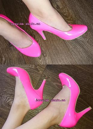 Супер яркие и красивые, розовые туфли на среднем каблуке