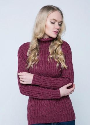 Красивый яркий свитер с косами и аранами