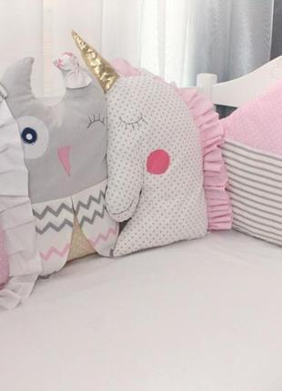 Комплект в кроватку, с фигурными бортиками на 4 стороны+ постель + лоскутное одеяльце
