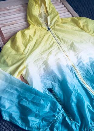 Очень легкая курточка в ярких цветах