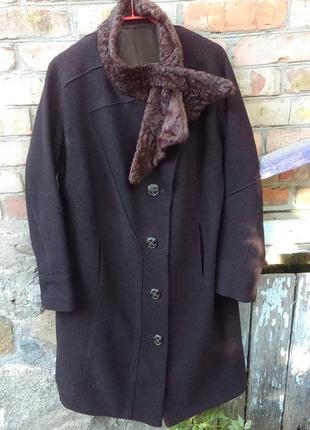 Легкое пальто с воротником из натурального меха